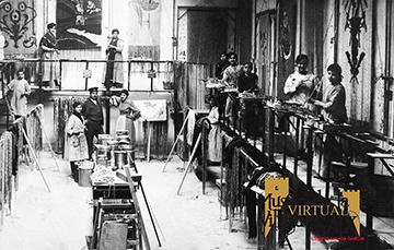 El taller de cortinas orientales de la fábrica de los Hermanos Barceló (aquí las secciones de recepción de las cadenas que habían hecho las mujeres en sus casas, la de montaje en los montantes y la de pintura)