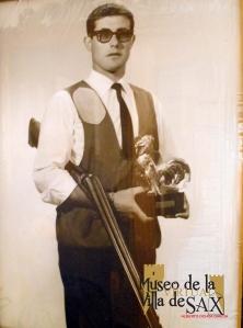 Juan Gil Navarro con el premio Gallo de Fagor, conseguido en Sax en la competición celebrada en la Piscina de Valdés de Sax el 5 de septiembre del año 1965
